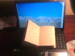 Foto de ordenador portátil y libro