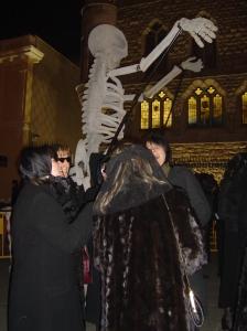 Foto de gente con un esqueleto