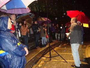 A pesar de la lluvia, jarreó, se escucharon poemas leídos y recitados. Fue un acto poético aquel encuentro.