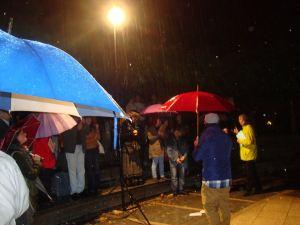 64 personas reunidas en el V Ágora de la poesía que se cebra en León, leen, recitan  y escuchan poemas bajo la lluvia.