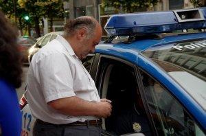 La policía me avisa de que si pasa algo yo seré el responsable. En fin. Pasa que a los parados nos quitan las prestaciones para que el dinero se lo lleven cuatro constructores¡¡!!