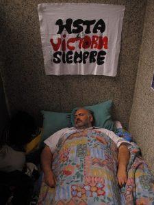 A medida que pasaron los días tuve que descansar más. Bajo la pancarta que diseñó Ernesto. Nombre que le pusieron sus padres por ser el del Che.