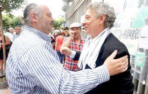 Con Juan Carlos Mestre, mostrando su soidaridad. Otr@s much@s poetas también apoyaron a lo largo de aquellos días.
