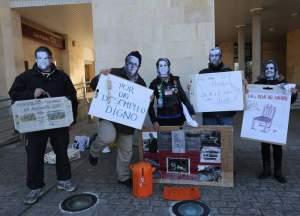 Sillas solidarias delante del Ayuntamiento de San Andres /
