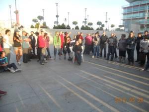 La asamblea de apoyo decide pasar la noche en la tienda de campaña en la plaza.