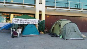 Se organizan los grupos de apoyo. Una red ciudadana se cohexiona en torno a Juan José, cuya huelga de hambre alimenta la lucha contra la pobreza.