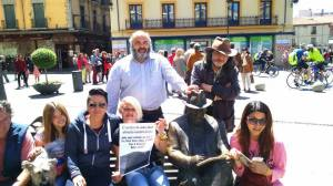 Apoyo en León, con dos coreanas que ahcen el Camino de Santiago. El Banco de Juan José... A éste le rescata la lucha social.