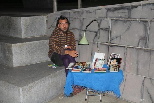 Con cuadernos artesanales hechos a mano por él.