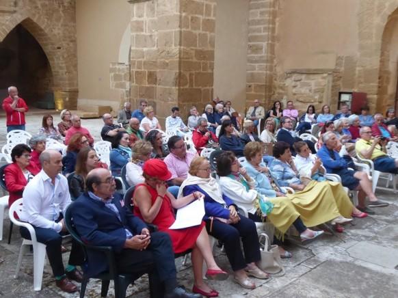 Ir veite personas desde León para recitar un poema es poesía.