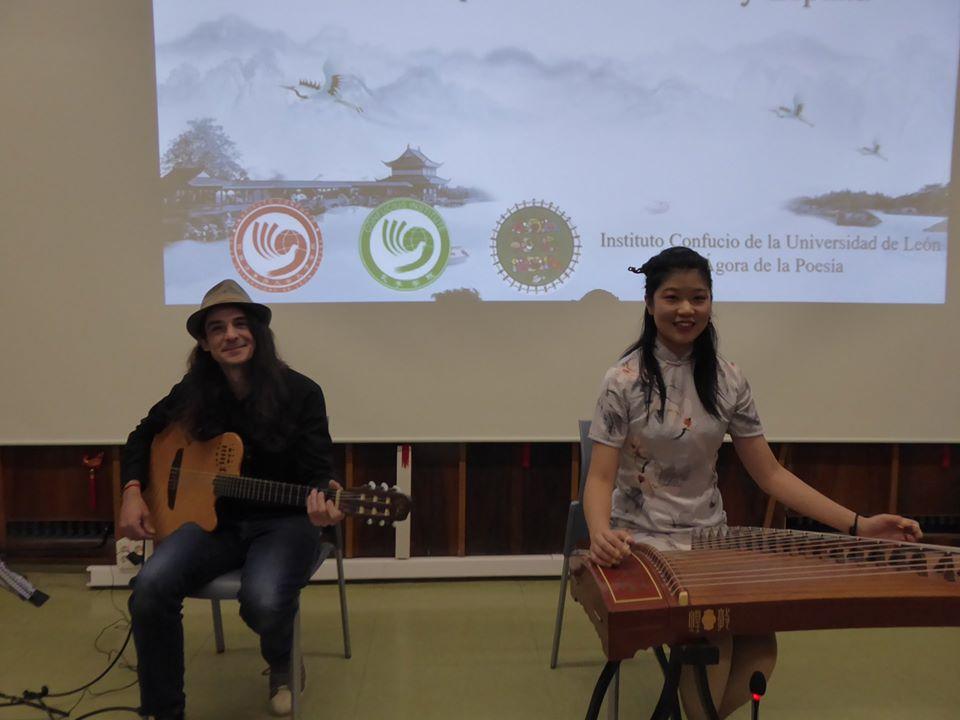 Una actuaciój excepcional, con el diálogo entre dos instrumentos, uno de Oriente, otro de Occidente.