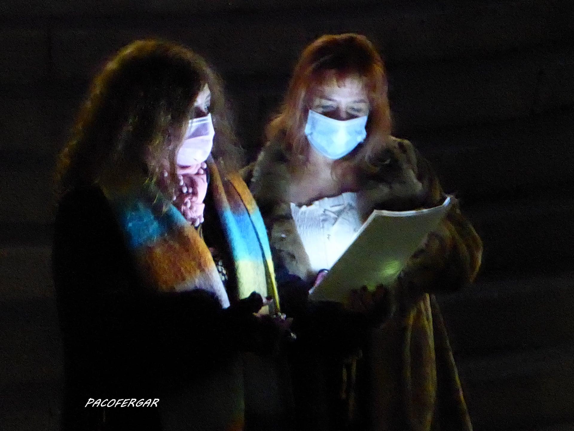 Las presentadoras,  Esther y Mara.